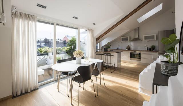 Socialt  öppet kök med takfönster och fönsterkupa