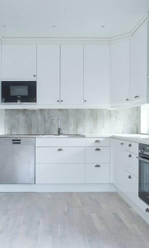 Fräckt kök med all maskinell utrustning, här i vitt