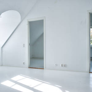 Ljust fint allrum övre plan med två sovrum i bakgrunden
