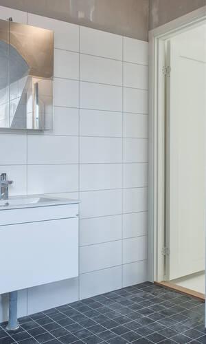 Del badrum med både dusch och badkar övre plan