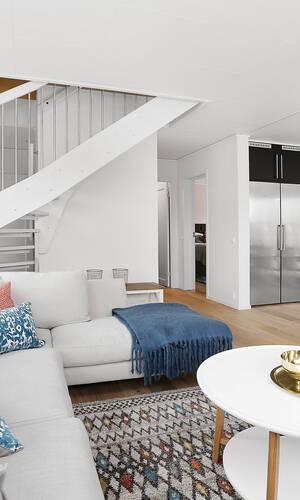 Vardagsrum med trappa till övervåningen