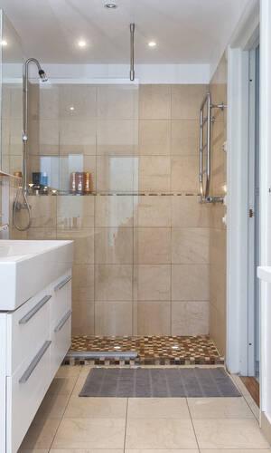 Stort barum med både dusch och badkar samt utgång direkt till trädgården