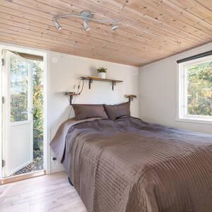 Master bedroom med utgång till trädgården
