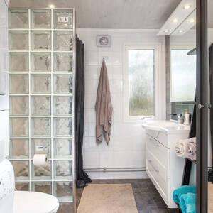 Snyggt helkaklat badrum med klinker och golvvärme