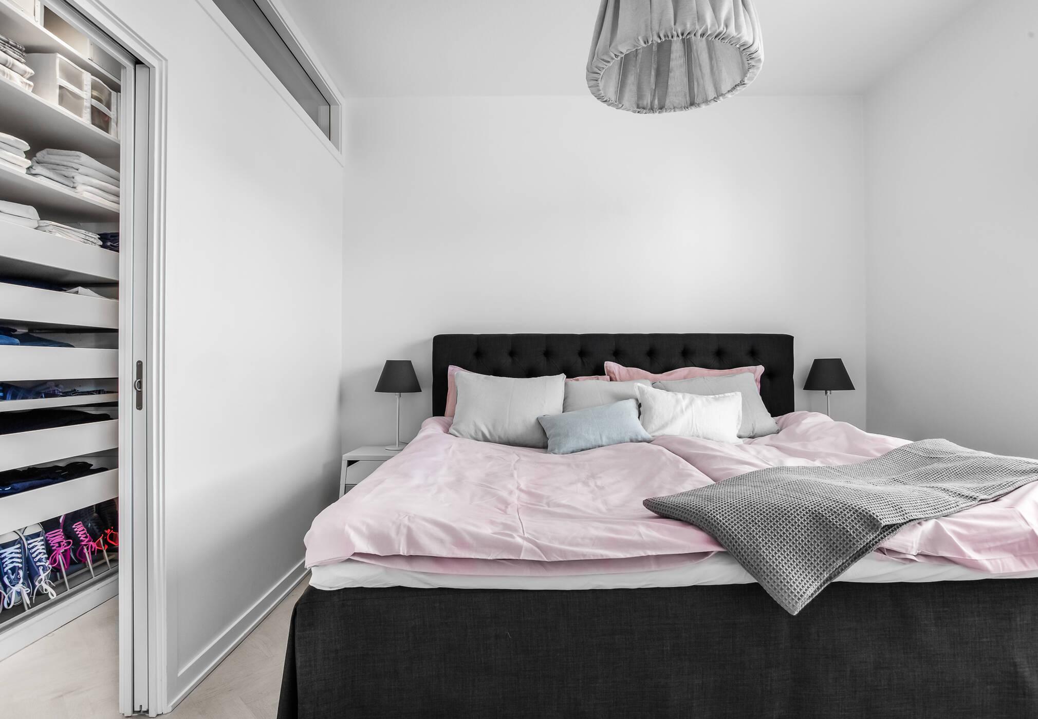 Sovrum med klädkammare
