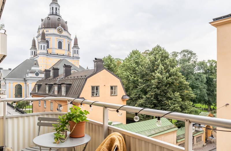 Nestor Fastighetsmäkleri – Högbergsgatan 24 – Genomgående lägenhet med  stor balkong!