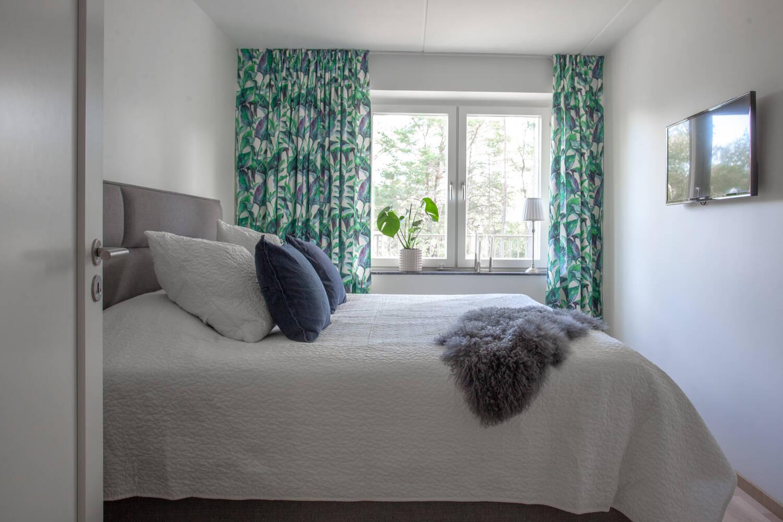 Övergripande sovrum med utsikt mot viken