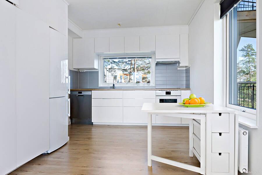 Kök i öppenplanlösning med vardagsrummet
