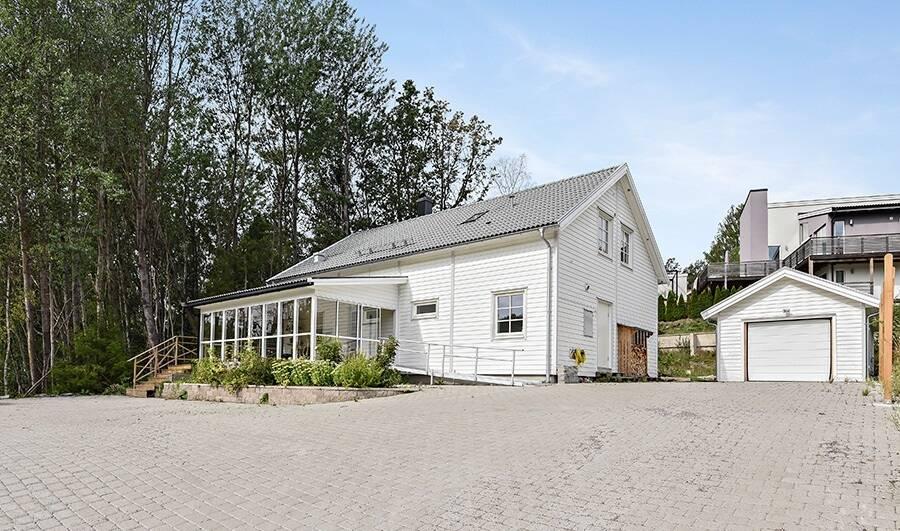 Villa med stor uppfart och garage