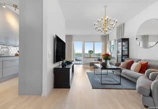 Idealisk fyrarummare på våning 5 med balkong och sjöutsikt