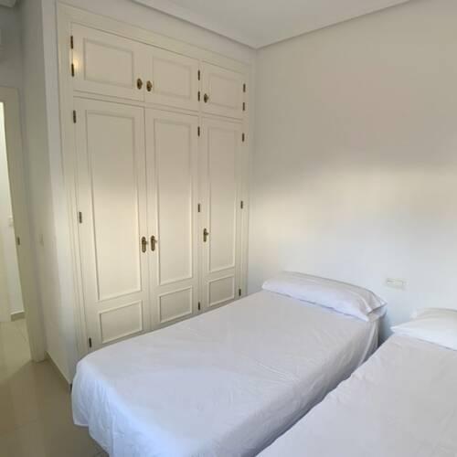 Andra sovrummet - även det med inbyggda garderober