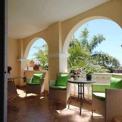 Terrass med god plats för matbord och stolar