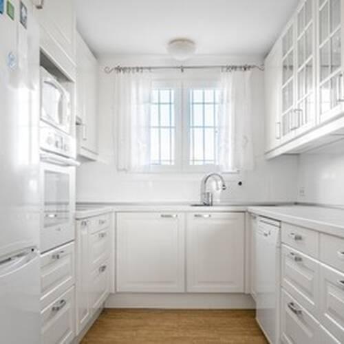 Ljust kök gott med förvaringsplats