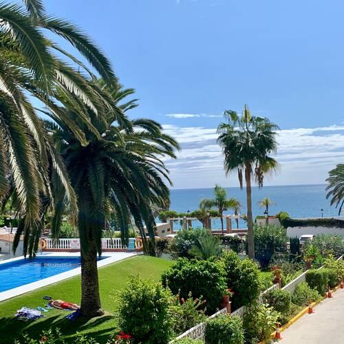 Härlig utsikt över pool- och strand