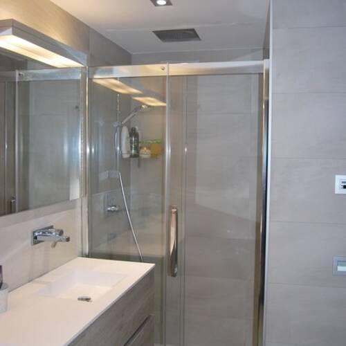 Moderna och ljust badrum