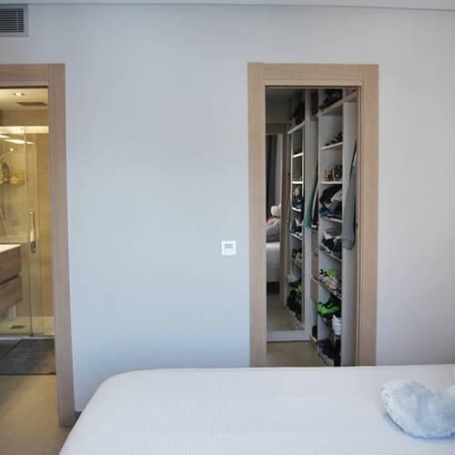 Master bedrum med walk-in closet och eget badrum