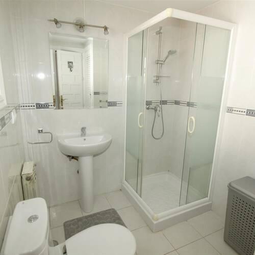 Det andra badrummet med dusch