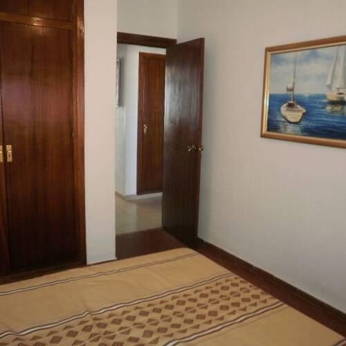 Master bedroom med plats för dubbelsäng, inbyggda garderober