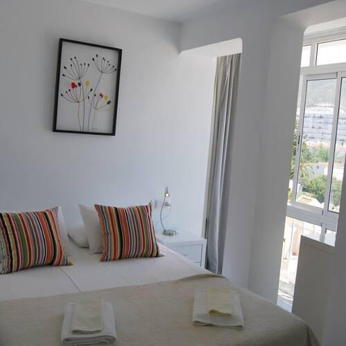 Master bedroom med stora fönsterpartier