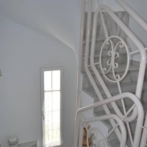 Vacker trappa upp till andra våningsplan