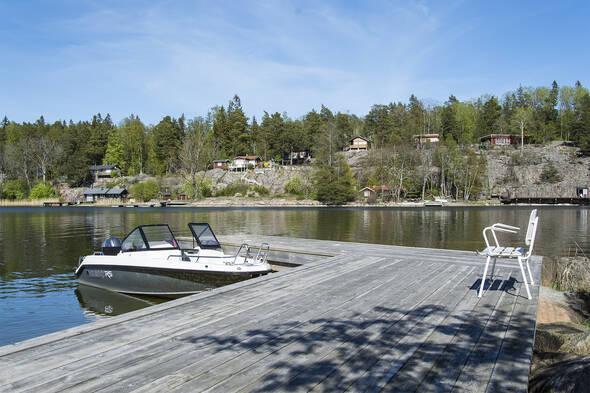 Brygga med plats för både båtar och umgänge