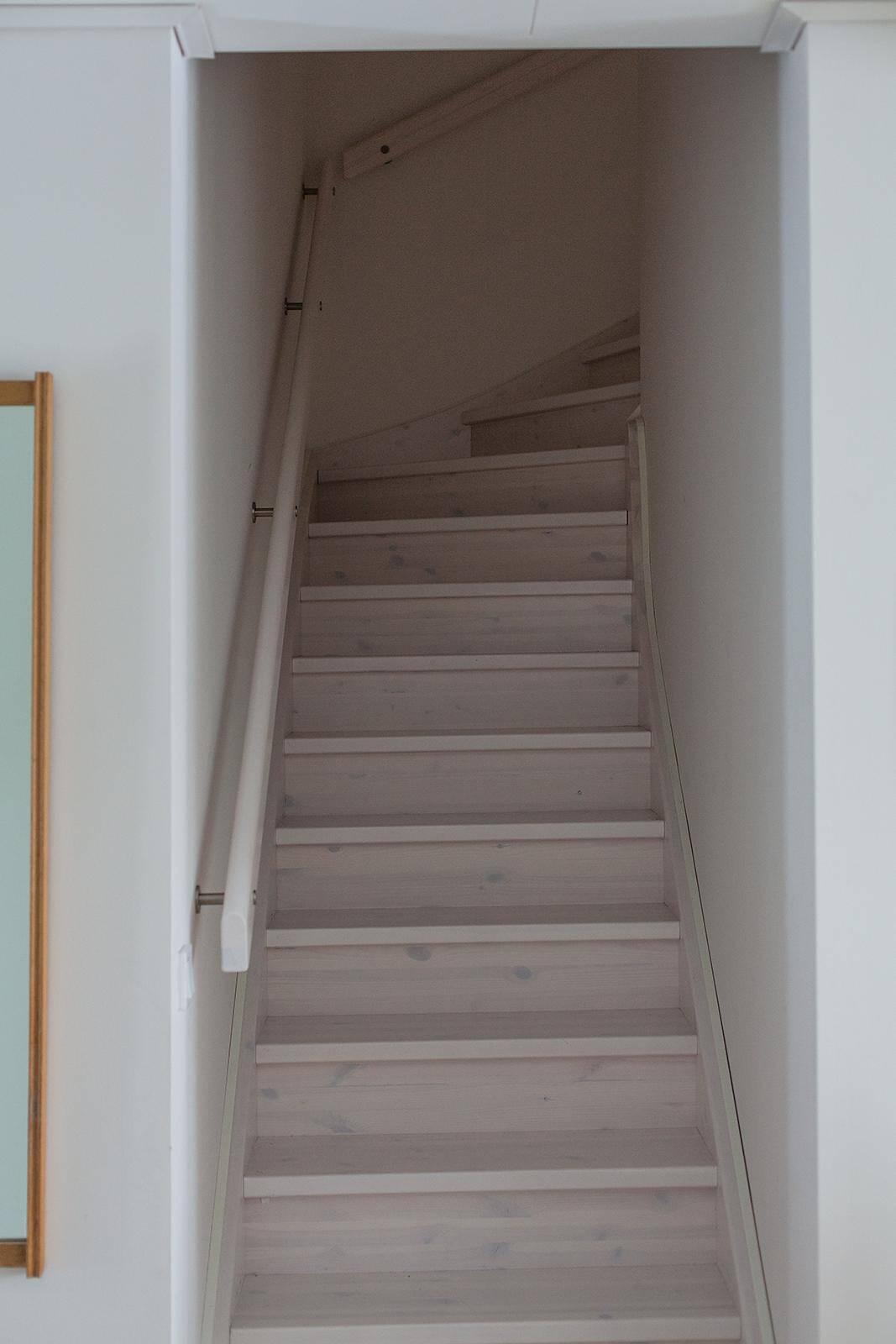 En trappa leder upp till övre plan