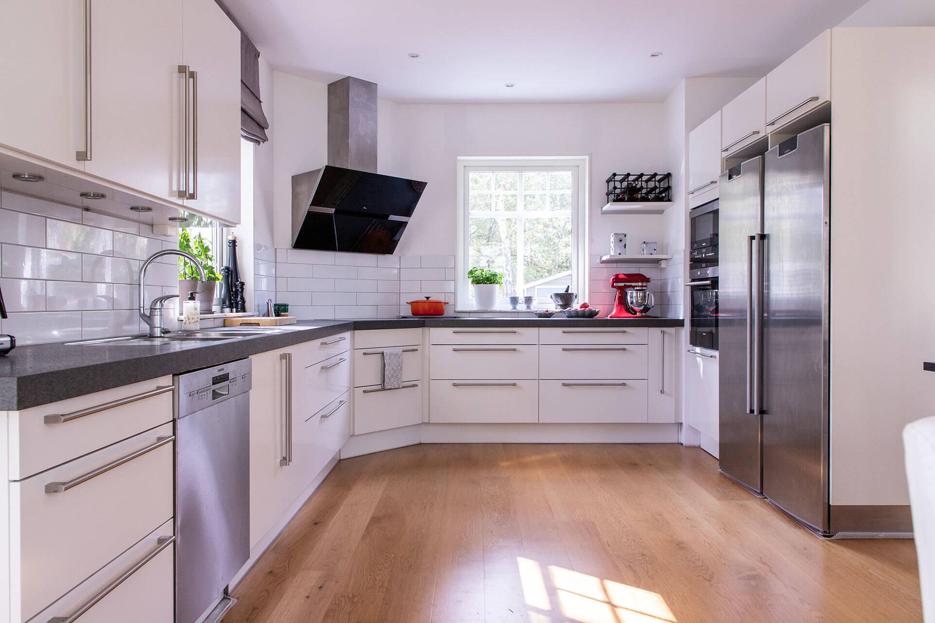 Ljust kök där många kan hjälpas åt med matlagningen