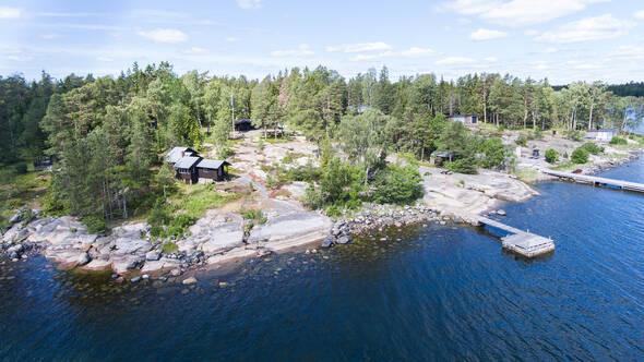 Underbar känsla med släta klippor, brygga, huvudbyggnad, två gästhus, bastu och båthus