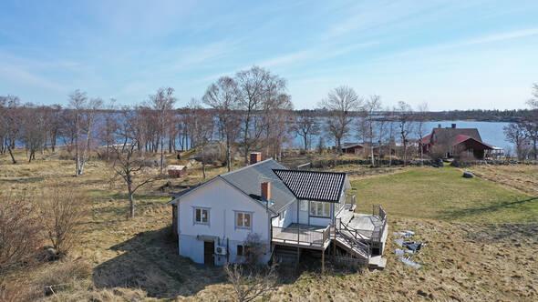 Flygbild mot huset och vattnet