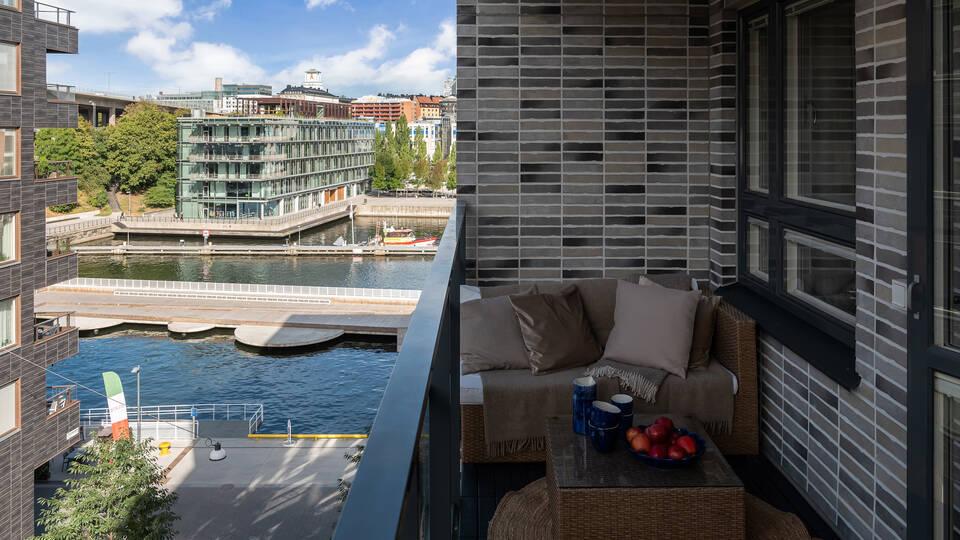 Stor balkong med utsikt över kanalen