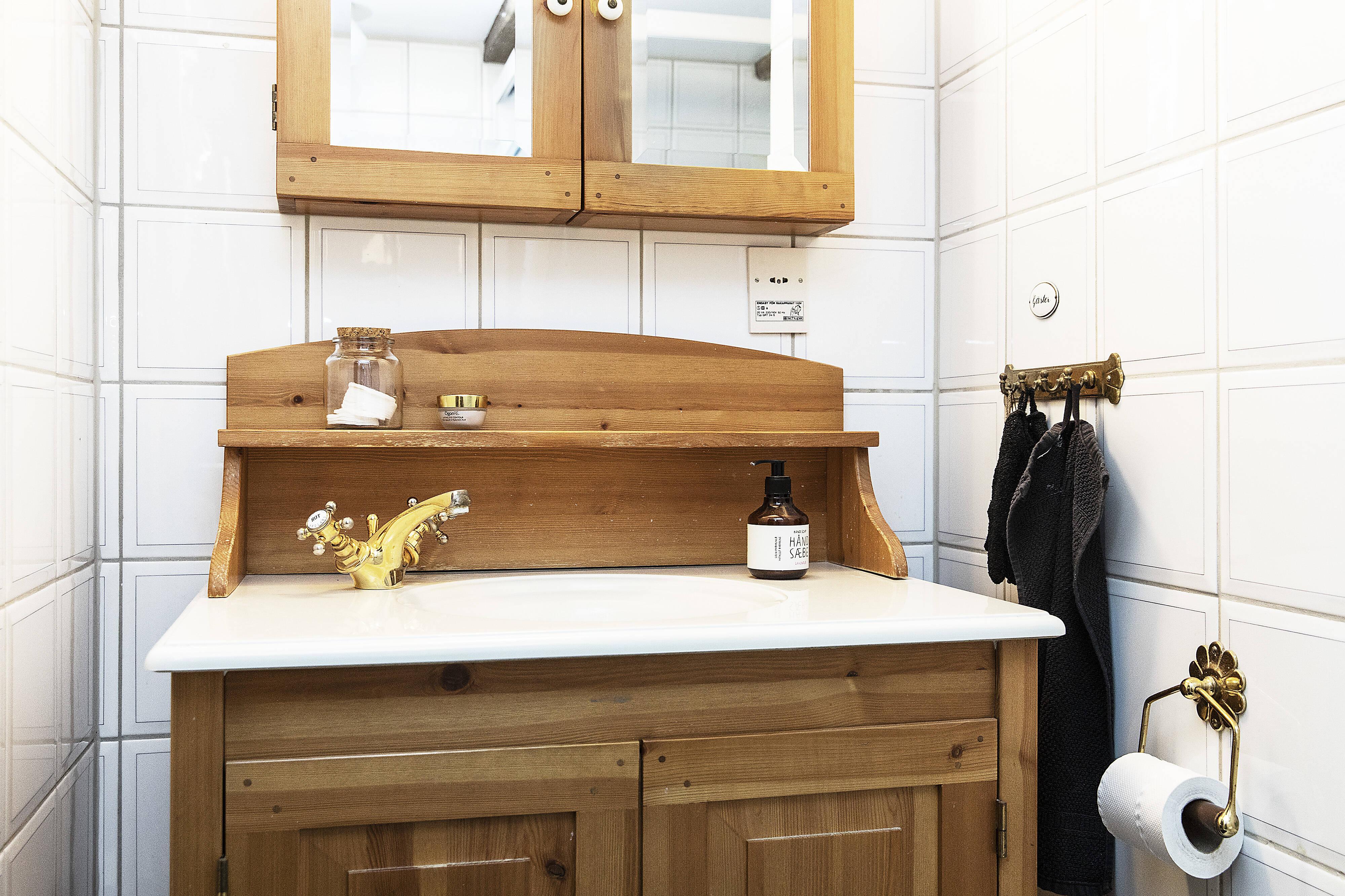 Kommoden i badrummet går i stil med bostaden i övrigt