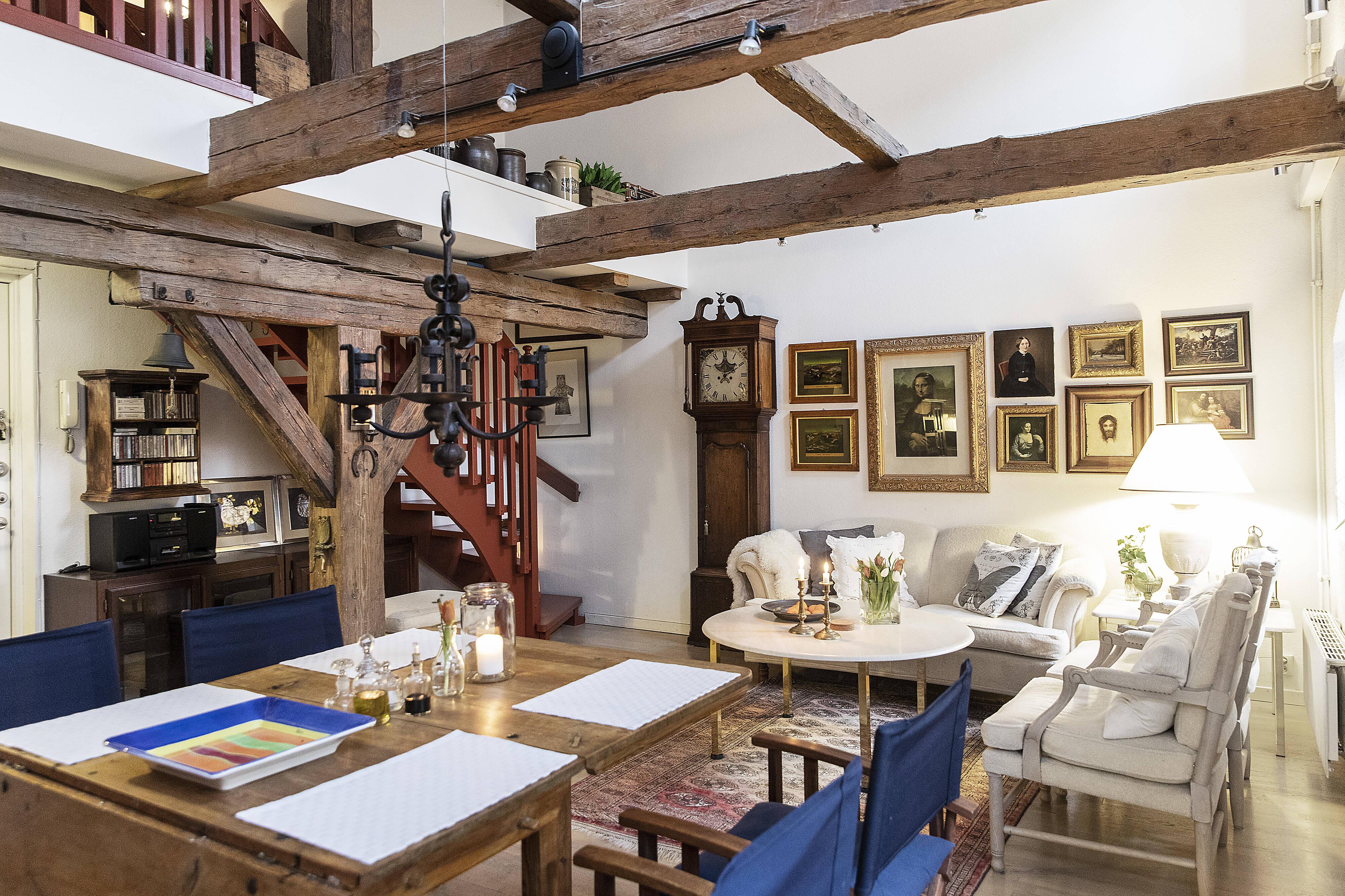 Wow, vilken läcker bostad belägen på Kullagågatan med underbar, rustik miljö och anor från 1800-talets mitt....