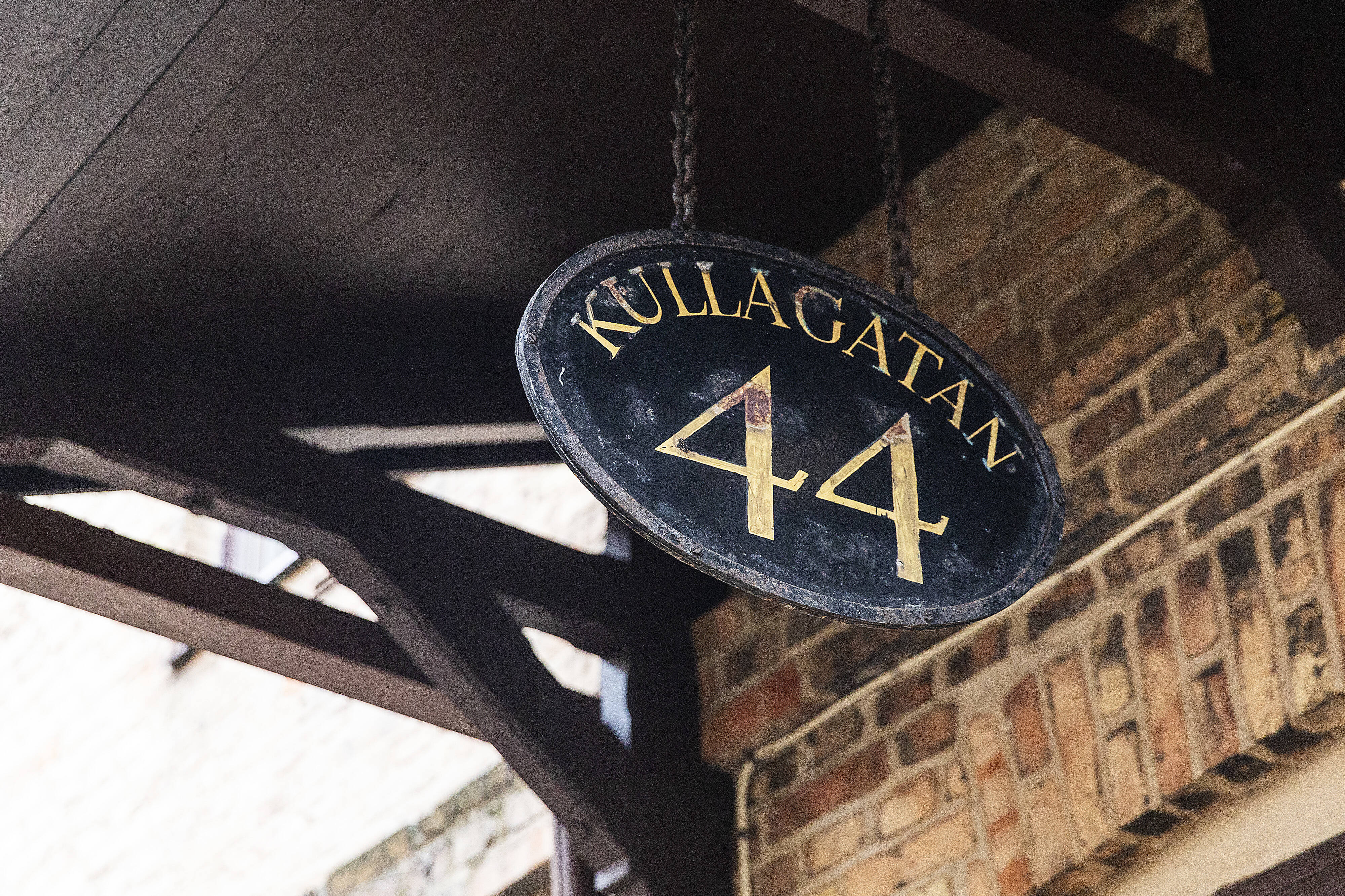 Välkommen in till en etagevåning från en svunnen tid med bevarad rustik charm
