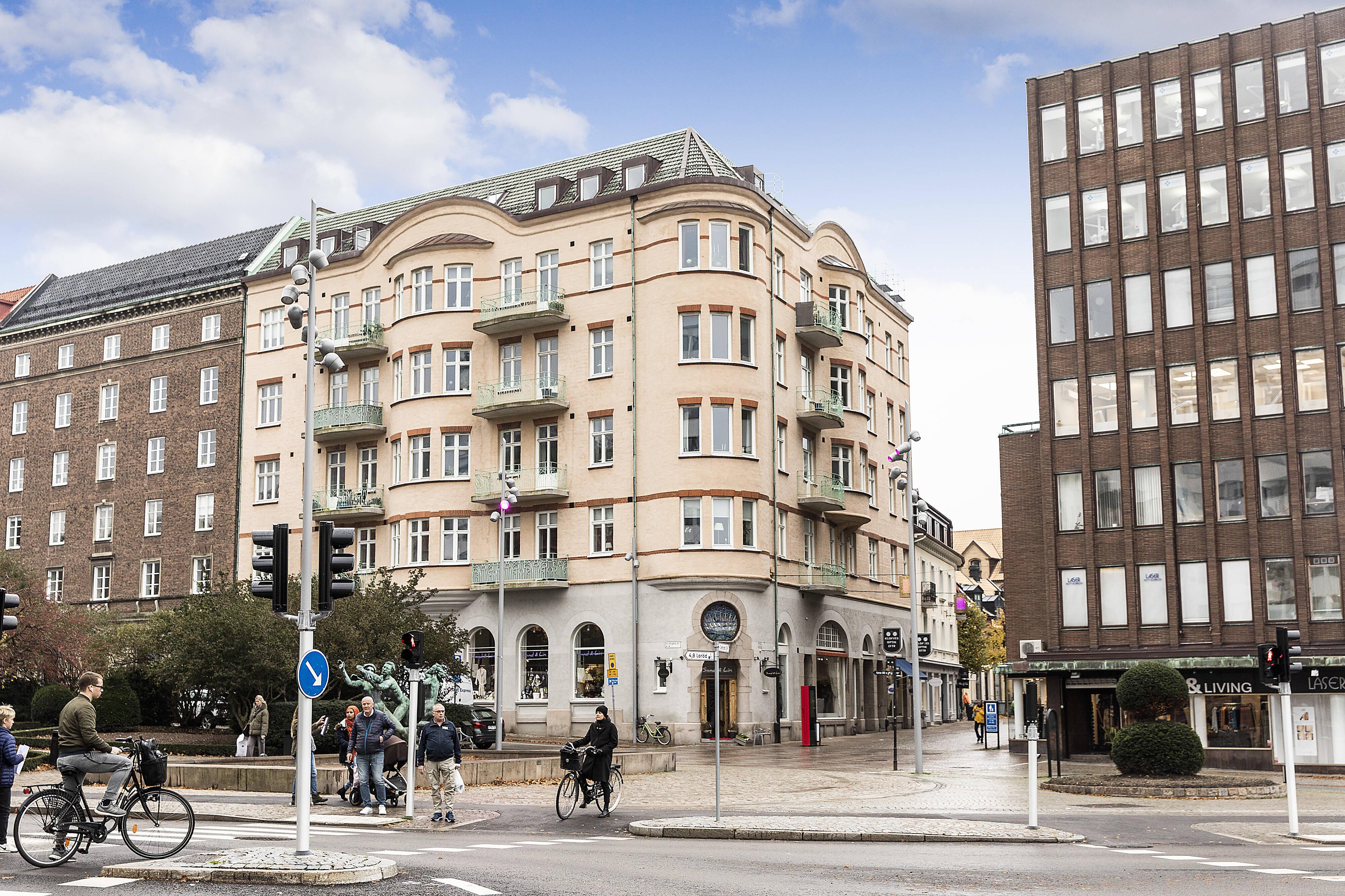 Vacker, pampig fastighet med utsökt centralt, öppet läge invid S:t Jörgens plats på Kullagatan