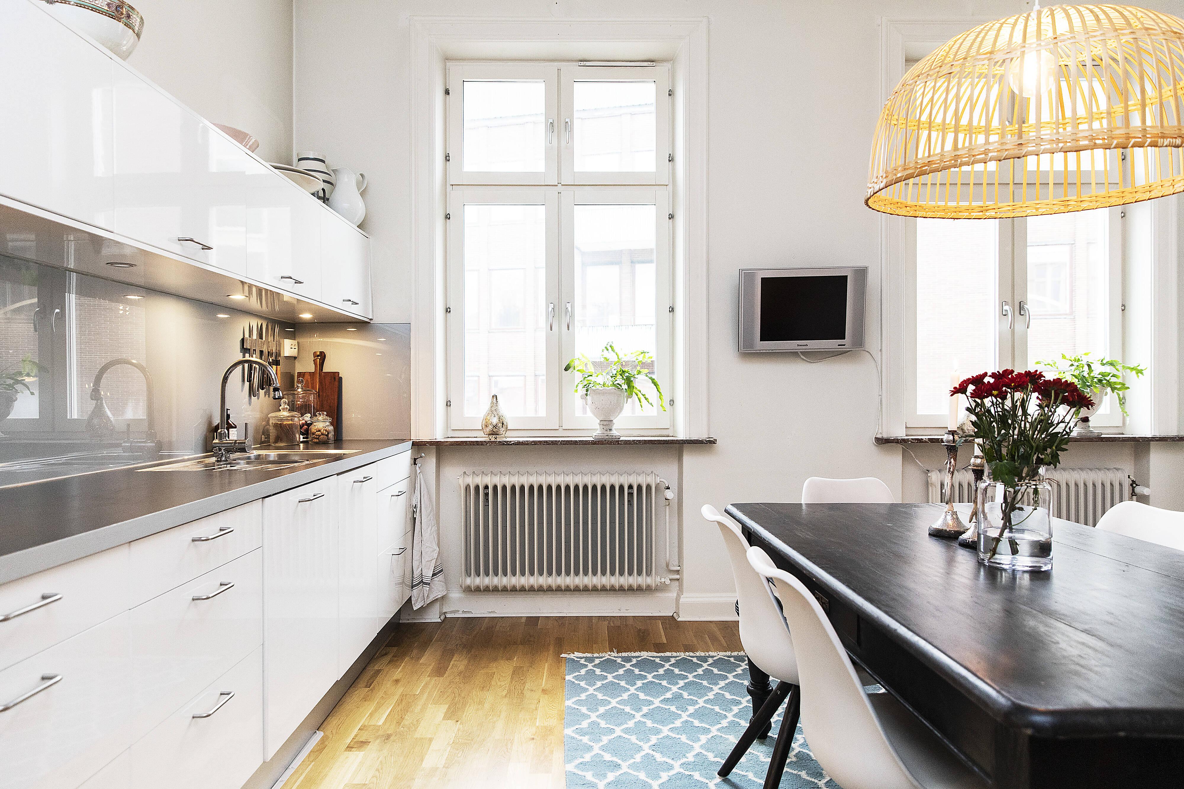 Köket är både praktiskt, rymligt och fräscht