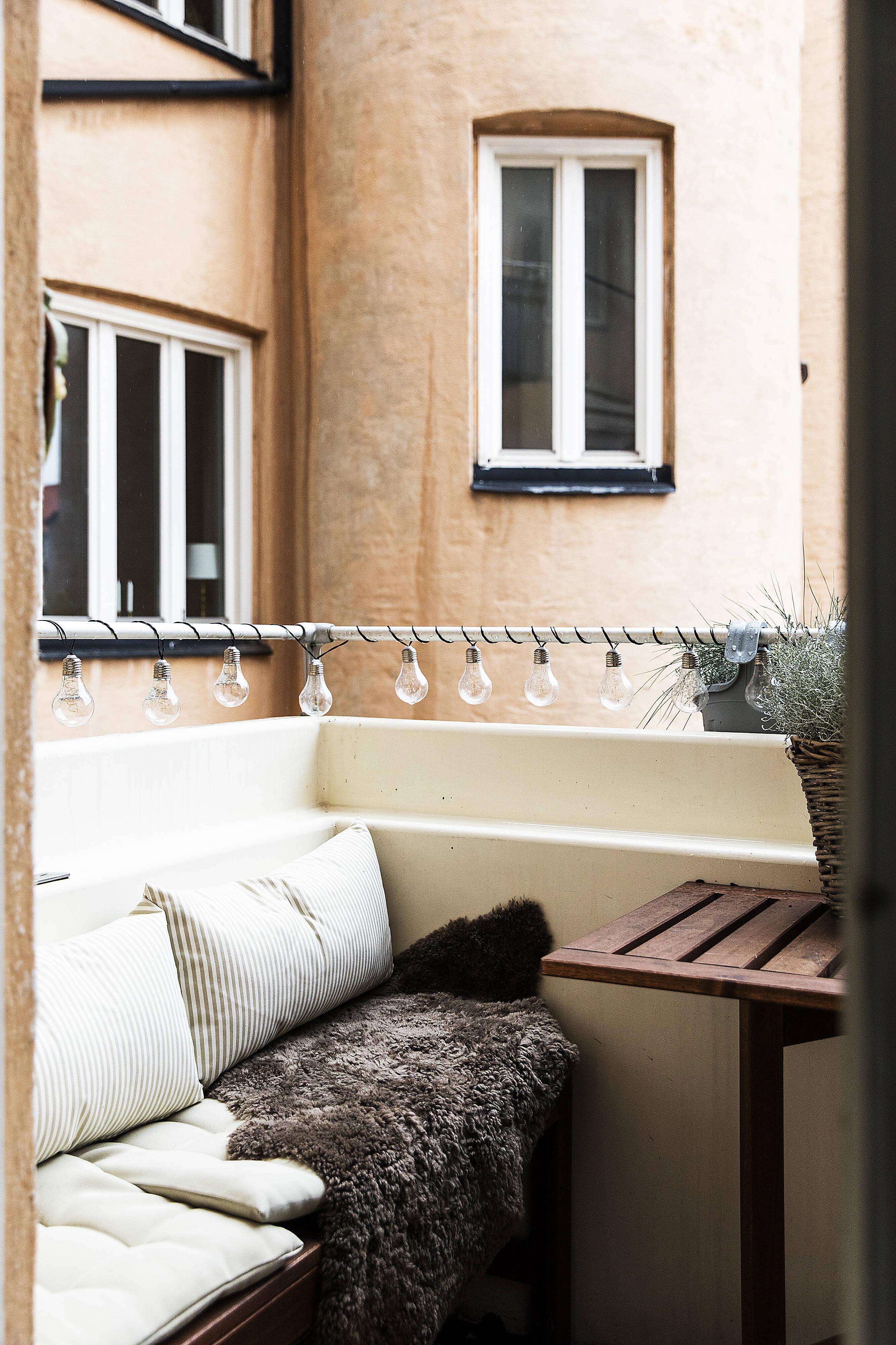 Balkongen mot innergården där lugn och välbehag infinner sig...