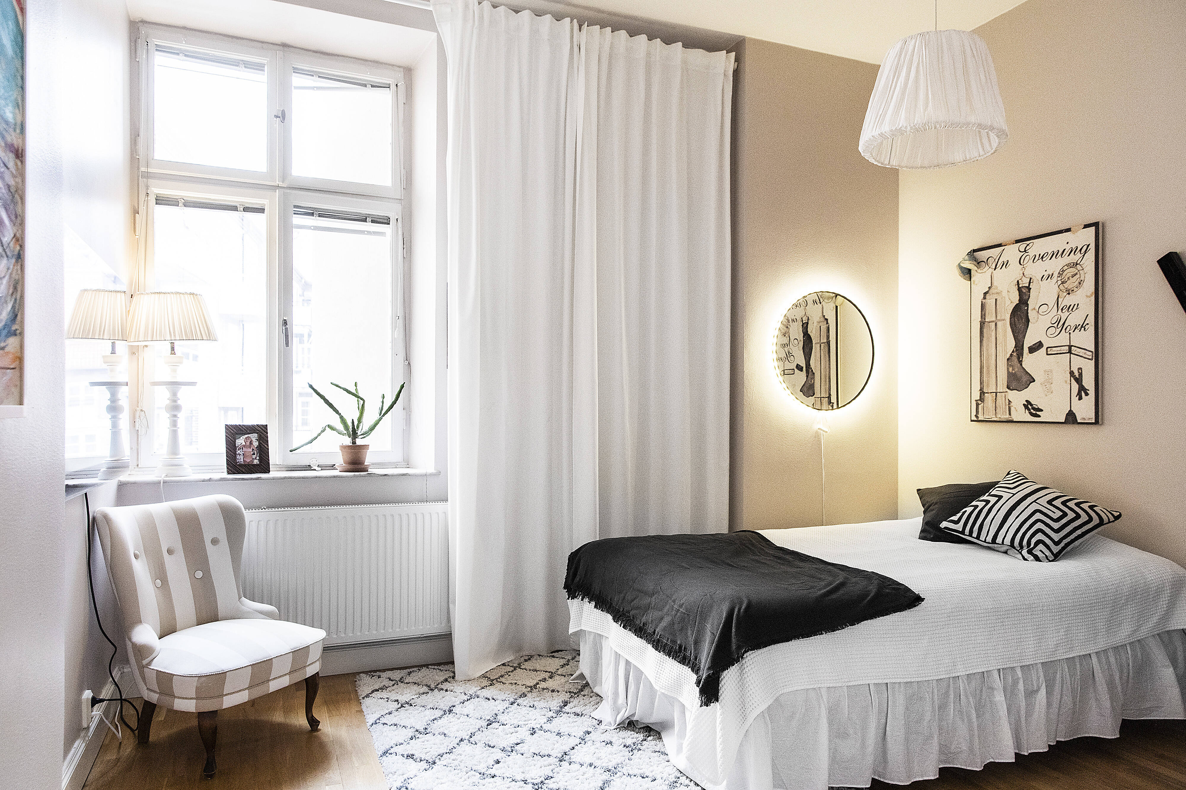 Sovrummet är stort och plats för förvaring