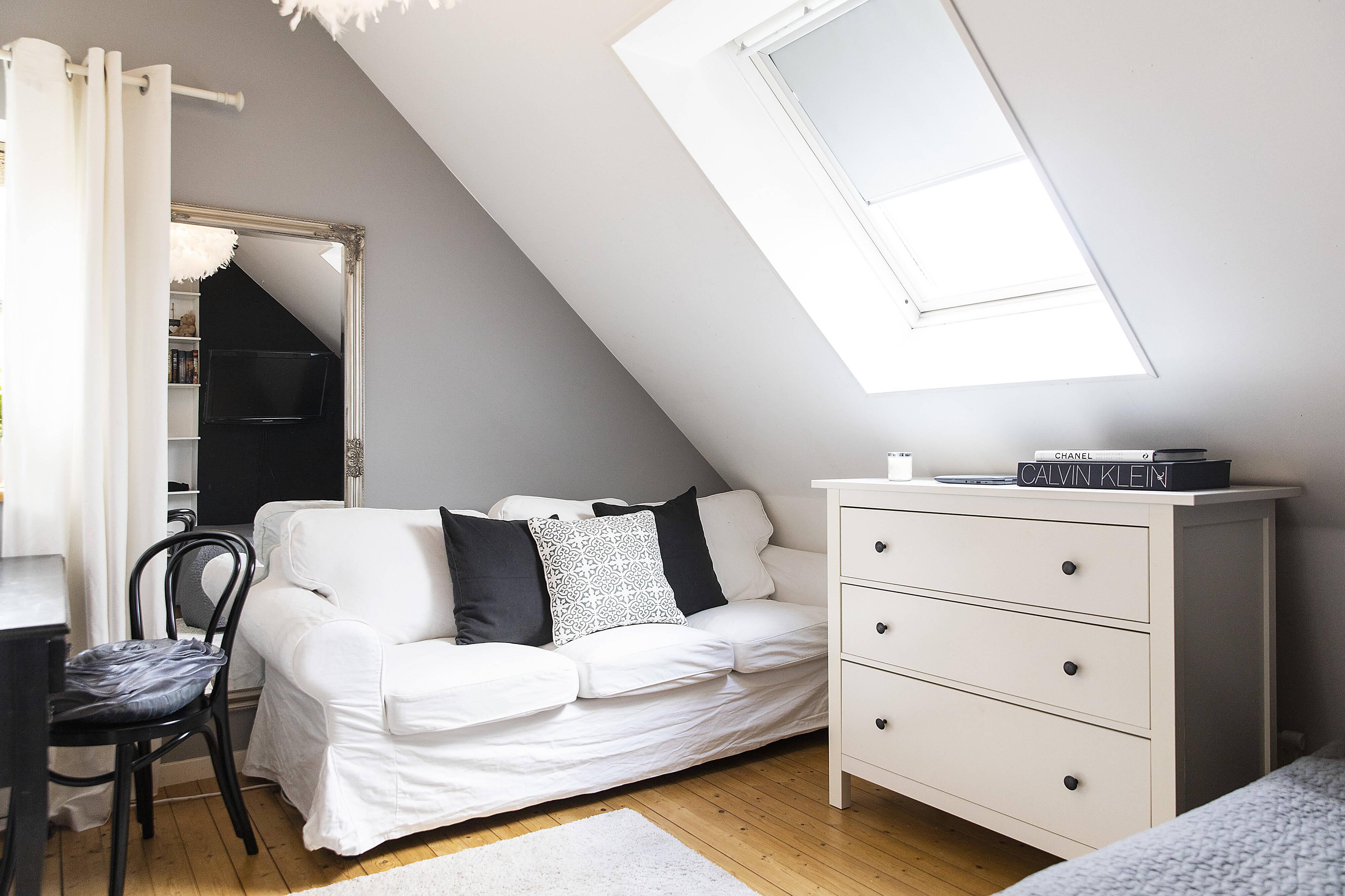 sovrum med takfönster som ger fint ljus i rummet