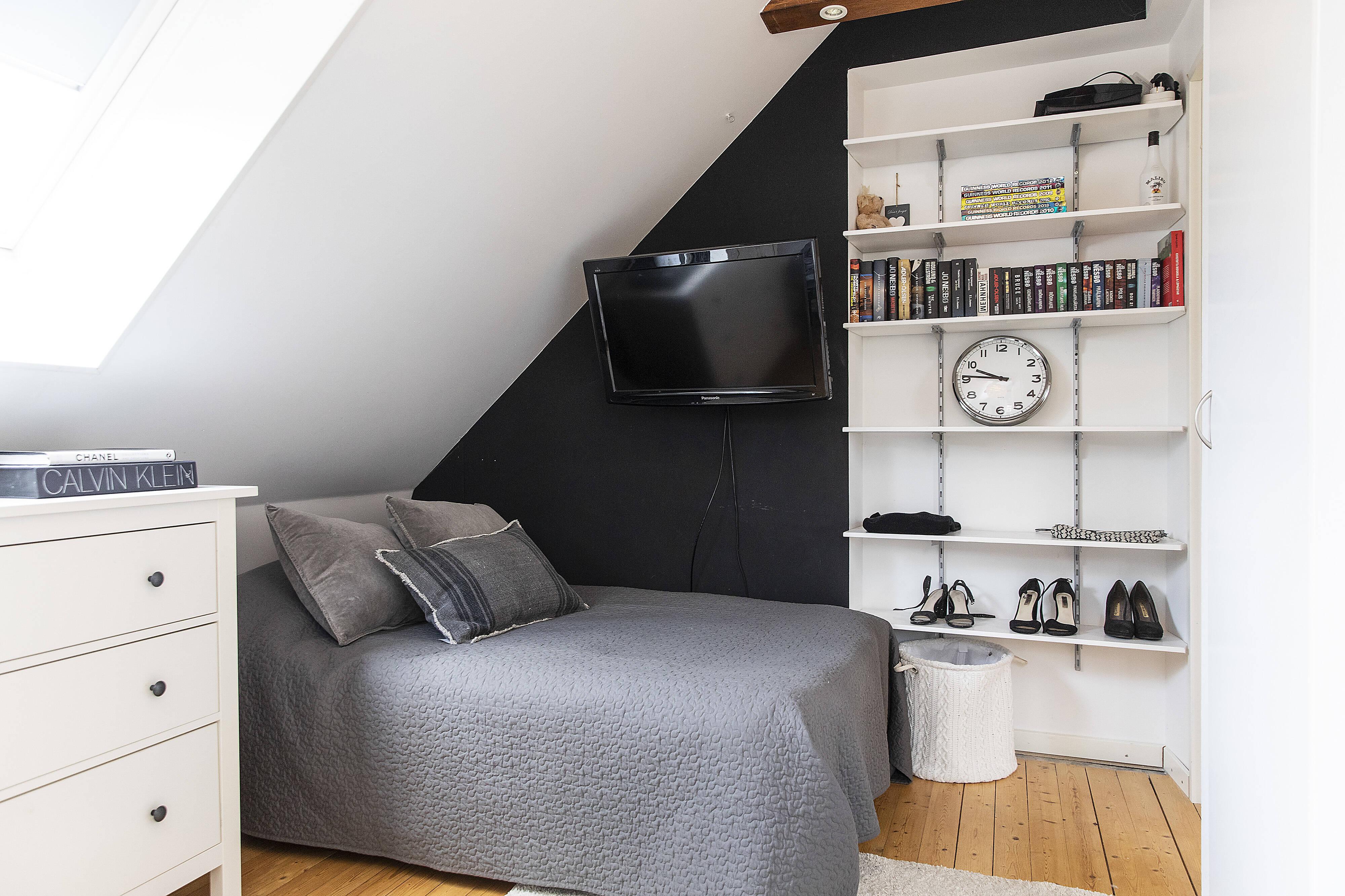 sovrum med takbjkälkar och inbyggd belysning