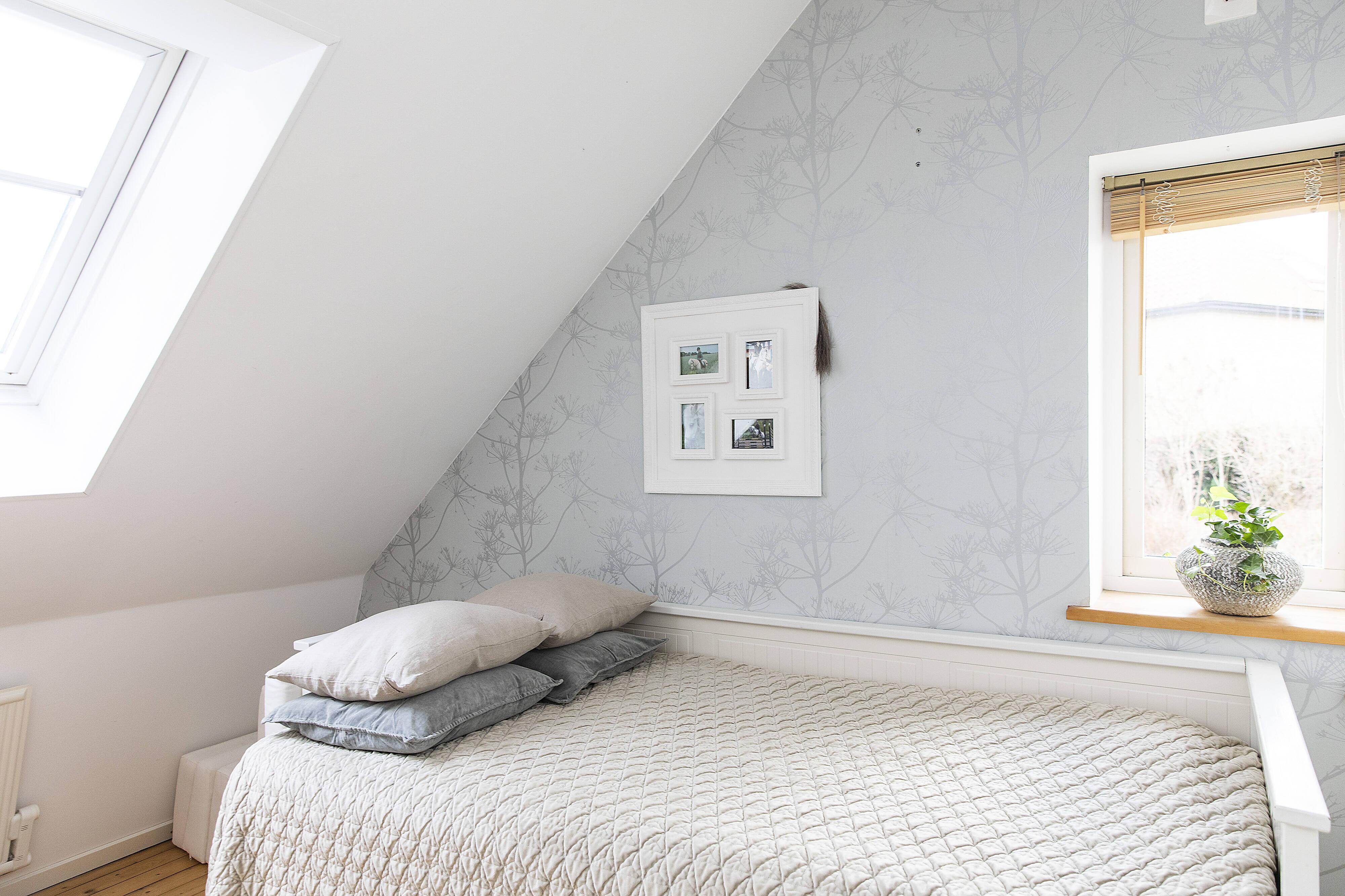 sovrum med takfönster och infälld belysning i takbjälke