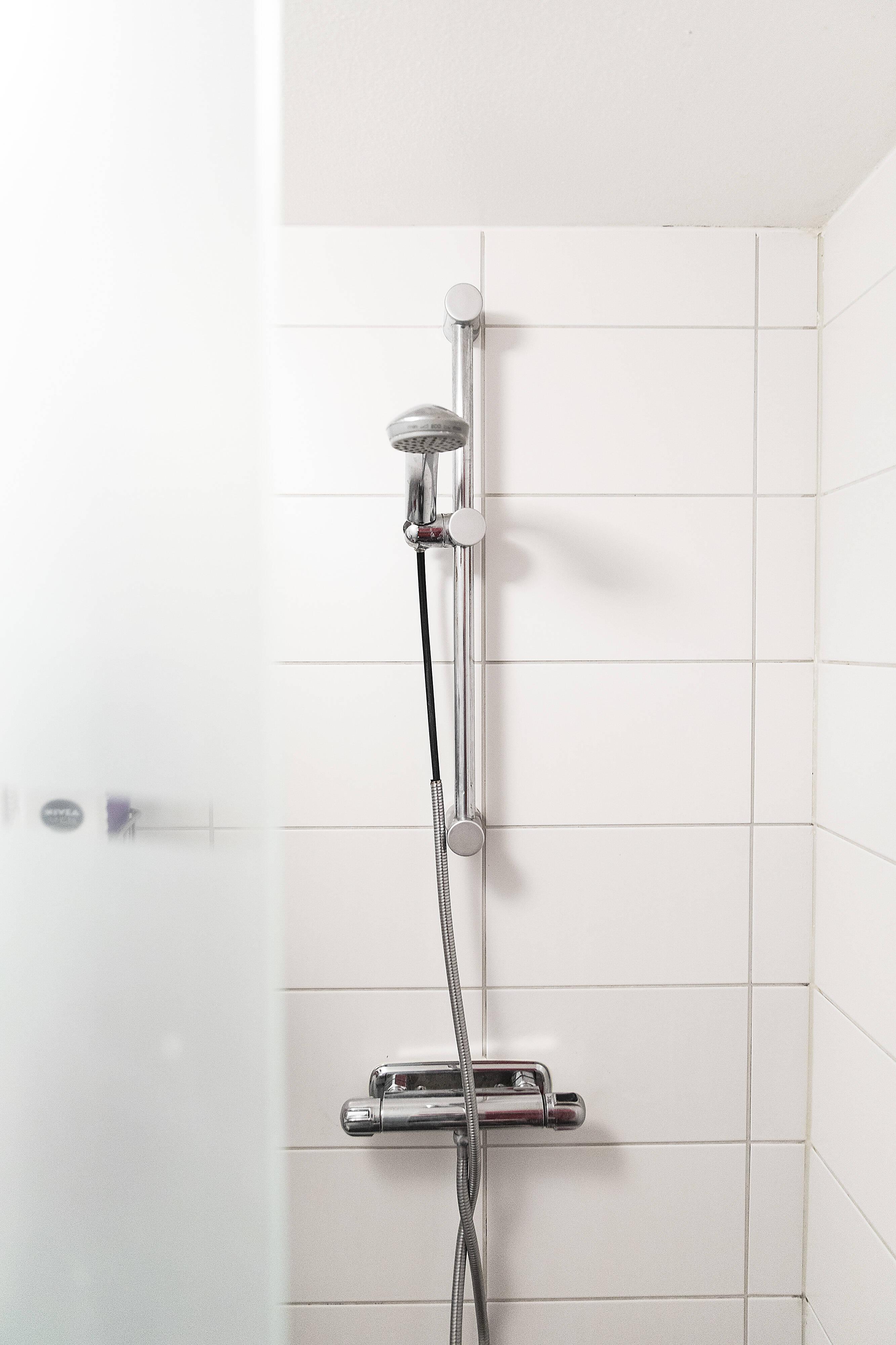 dusch med frostad duschvägg