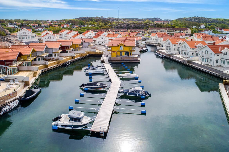 Den gemensamma båthamnen för de hus som inte ligger längs lagunen
