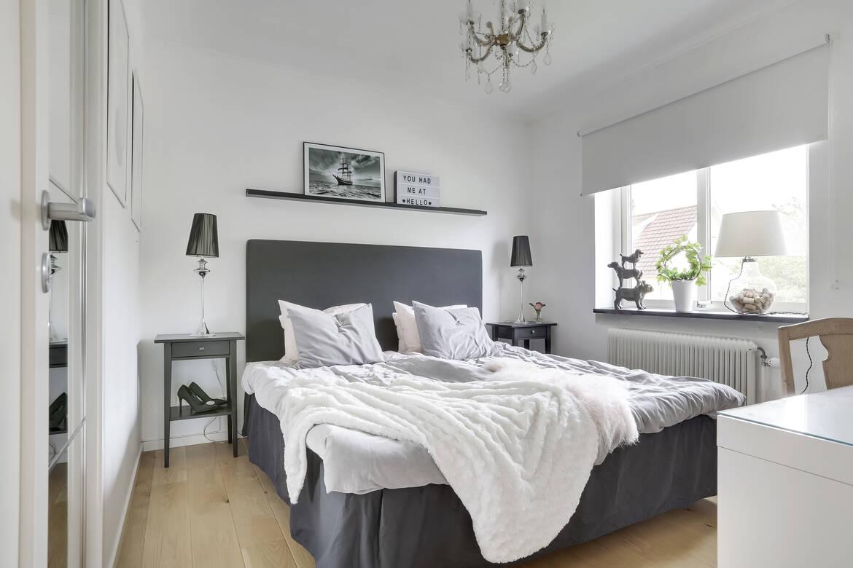 Rymligt sovrum på entréplan med gott om klädförvaring