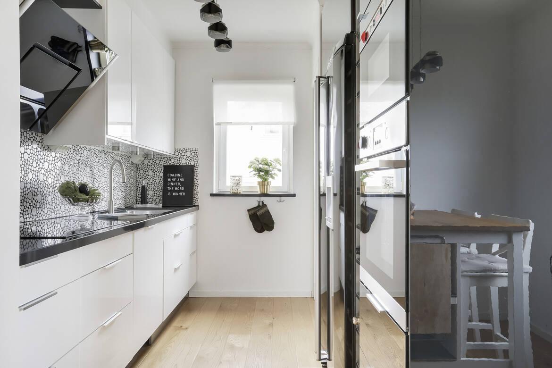Köket med både kolsyrat vatten i kylen och ismaskin