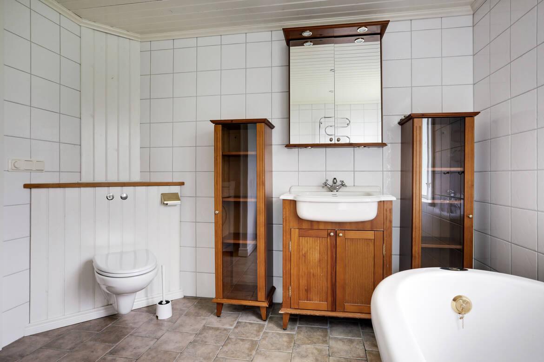 Rymligt badrum med bland annat vägghängd wc