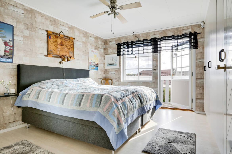 Stort sovrum med gott om garderober och utgång till balkong med morgon sol
