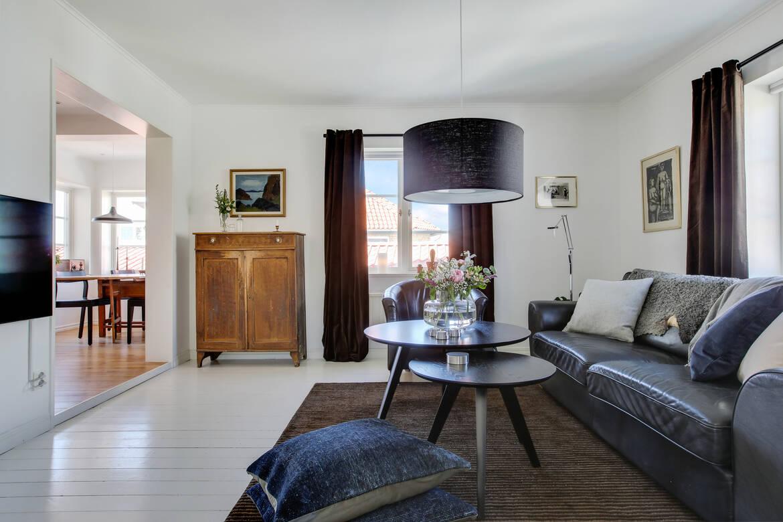 Vardagsrum, även här finner ni det fina trägolvet. Här är det gråmålat