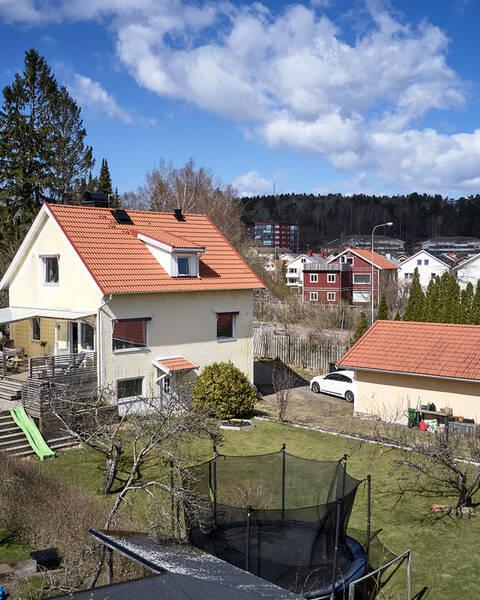 Renoverad femtiotalsvilla på stor tomt, med dubbelgarage och generös solig altan med bubbelbad