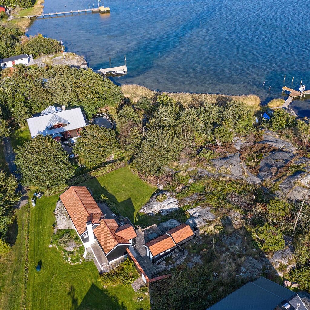 Underbart läge med havsutsikt. Båtplats på brygga strax nedanför huset.