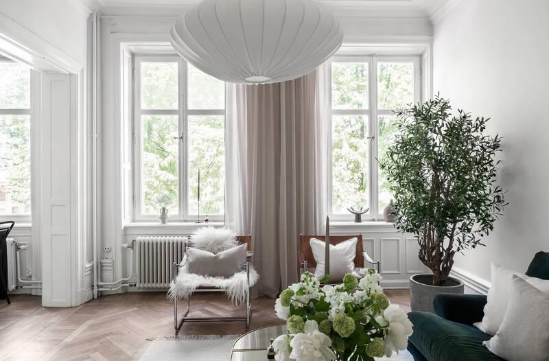Nestor Fastighetsmäkleri – Storgatan 32 – Sekelskiftestvåa högt upp i huset med fyra fönster i fil.